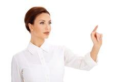 Piękna kobieta używa wirtualnego ekran zdjęcie stock