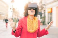 Piękna kobieta używa zaawansowany technicznie rzeczywistość wirtualna szkła plenerowych Fotografia Royalty Free