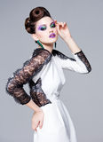 Piękna kobieta ubierał elegancki pozować wspaniały - pracowniany moda strzał Zdjęcia Stock