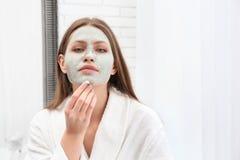 Piękna kobieta usuwa gliny maskę od jej twarzy obraz royalty free