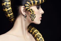 Piękna kobieta, wąż, biżuteria i makijaż, Zdjęcie Royalty Free