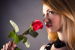 Piękna kobieta wącha kwiatu Zdjęcie Stock