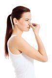 Piękna kobieta wącha złego perfumowanie. obraz stock