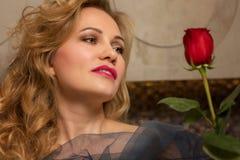 Piękna kobieta w łazience z kwiatem obraz royalty free
