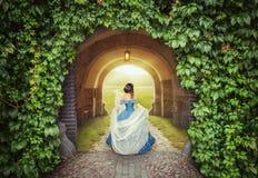 Piękna kobieta w średniowiecznej sukni na tajemniczej drodze fotografia royalty free