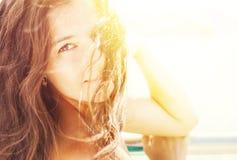 Piękna kobieta w światłach słonecznych Zdjęcia Royalty Free