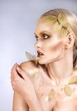 Piękna kobieta w akcesoriach z złocistymi liśćmi zdjęcia royalty free