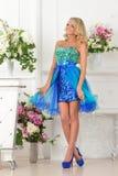 Piękna kobieta w błękit sukni w luksusowym wnętrzu. zdjęcia stock
