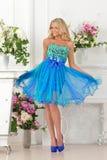 Piękna kobieta w błękit sukni w luksusowym wnętrzu. zdjęcie stock