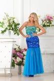 Piękna kobieta w błękit sukni w luksusowym wnętrzu. obrazy royalty free