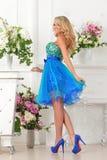 Piękna kobieta w błękit sukni w luksusowym wnętrzu. fotografia stock