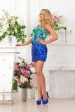 Piękna kobieta w błękit sukni w luksusowym wnętrzu. obrazy stock