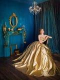 Piękna kobieta w balowej todze zdjęcie stock