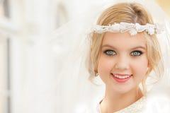 Piękna kobieta w białej przesłonie Obrazy Royalty Free