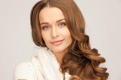 Piękna kobieta w białym comforter zdjęcia royalty free