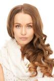 Piękna kobieta w białym comforter zdjęcia stock