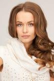 Piękna kobieta w białym comforter obraz stock