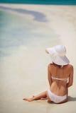 Piękna kobieta w białym kapeluszu na plaży i bikini Zdjęcie Royalty Free