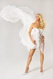 Piękna kobieta w biel sukni z latać dynamiczną tkaninę Zdjęcia Stock