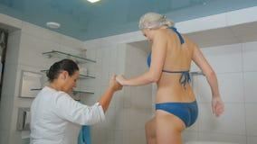 Piękna kobieta w bikini konu hydromassage procedury w salonie zdjęcie wideo