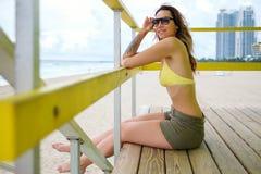 Piękna kobieta w bikini obsiadaniu przy ratownik stacją, Miami, usa Zdjęcie Royalty Free