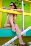 Piękna kobieta w bikini obsiadaniu przy ratownik stacją, Miami, usa Obraz Stock
