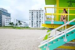 Piękna kobieta w bikini obsiadaniu przy ratownik stacją, Miami, usa Fotografia Stock