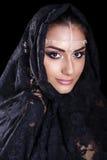 Piękna kobieta w Bliskowschodniej Niqab przesłonie na odosobnionym czarnym b Zdjęcie Stock