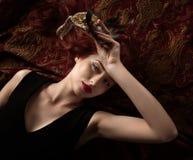 Piękna kobieta w czarnej sukni z karnawał maską Obrazy Stock