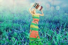 Piękna kobieta w czarodziejka ogródzie zdjęcie stock