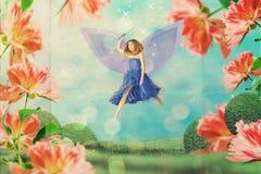 Piękna kobieta w czarodziejka ogródzie w kwiatach obraz royalty free