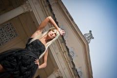 Piękna kobieta w czerni smokingowy pozować plenerowy. Seksowna kobieta w eleganckiej retro scenie. Elegancka kobieta przed kasztel Fotografia Royalty Free