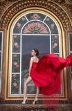 Piękna kobieta w czerwieni sukni zdjęcie stock