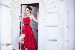 Piękna kobieta w czerwieni sukni obrazy royalty free