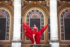Piękna kobieta w czerwieni sukni obrazy stock