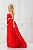 Piękna kobieta w czerwieni tęsk suknia. obrazy stock