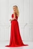 Piękna kobieta w czerwieni tęsk suknia. obrazy royalty free