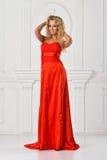 Piękna kobieta w czerwieni tęsk suknia. fotografia stock
