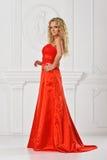 Piękna kobieta w czerwieni tęsk suknia. obraz royalty free
