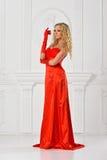 Piękna kobieta w czerwieni tęsk suknia. zdjęcie stock