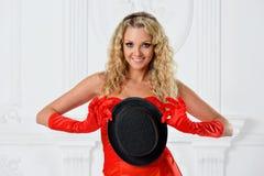 Piękna kobieta w czerwonej sukni z kapeluszem. obraz royalty free
