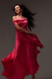 Piękna kobieta w długiej menchii sukni Zdjęcia Royalty Free