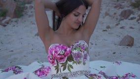 Piękna kobieta w długiej wieczór sukni zbiory wideo