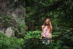 Piękna kobieta w dzikim zielonym sosnowym lasowym europejczyka krajobrazie zdjęcia royalty free