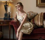 Piękna kobieta w Galanteryjnym położeniu Fotografia Stock