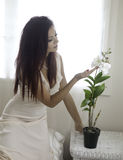 Piękna kobieta w jej sypialni Fotografia Royalty Free