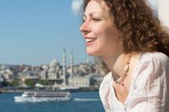 Piękna kobieta w krajobrazie z rzeką zdjęcia royalty free