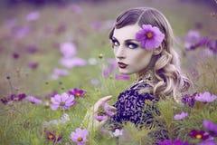 Piękna kobieta w kwiatu polu fotografia stock