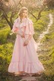 Piękna kobieta w kwitnącym ogródzie obrazy stock
