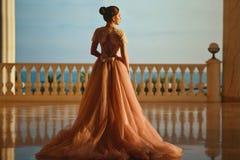 Piękna kobieta w luksusowej sali balowej sukni z tiul spódnicą i koronkowa odgórna pozycja na wielkim balkonie z dennym widokiem zdjęcie stock
